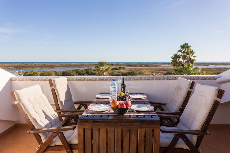 Terrace apartment with magnificent sea view, holiday rental in Tavira