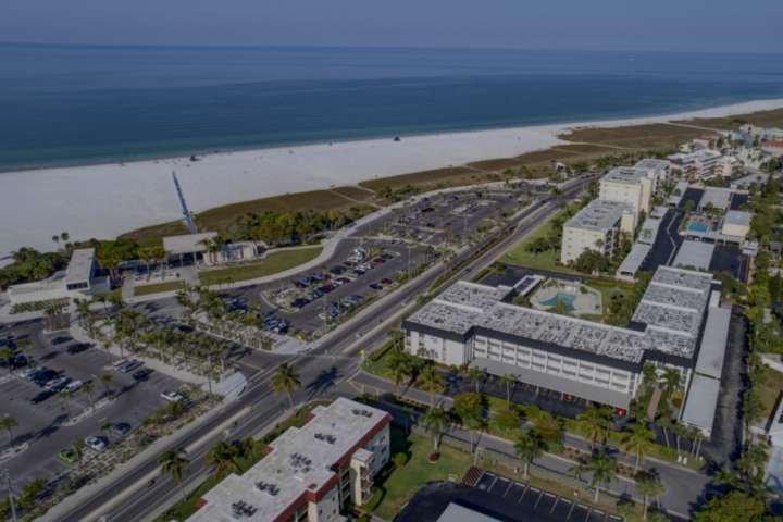 Vista aerea dell'edificio Beach Way e piscina riscaldata situata proprio di fronte da Siesta Key Beach.