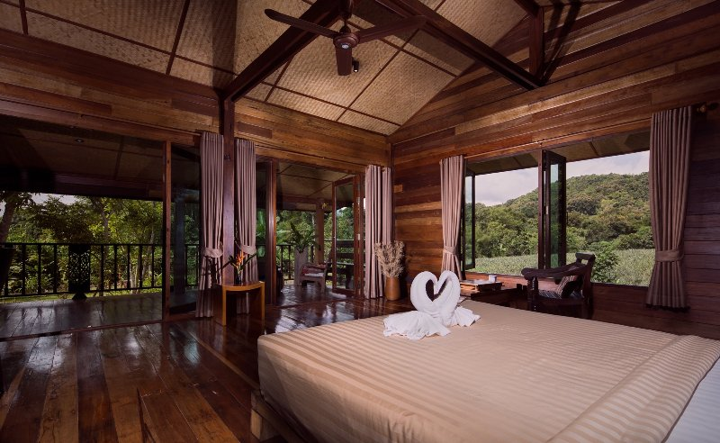 Stylish loft in traditional wooden longhouse, holiday rental in Mae Salong