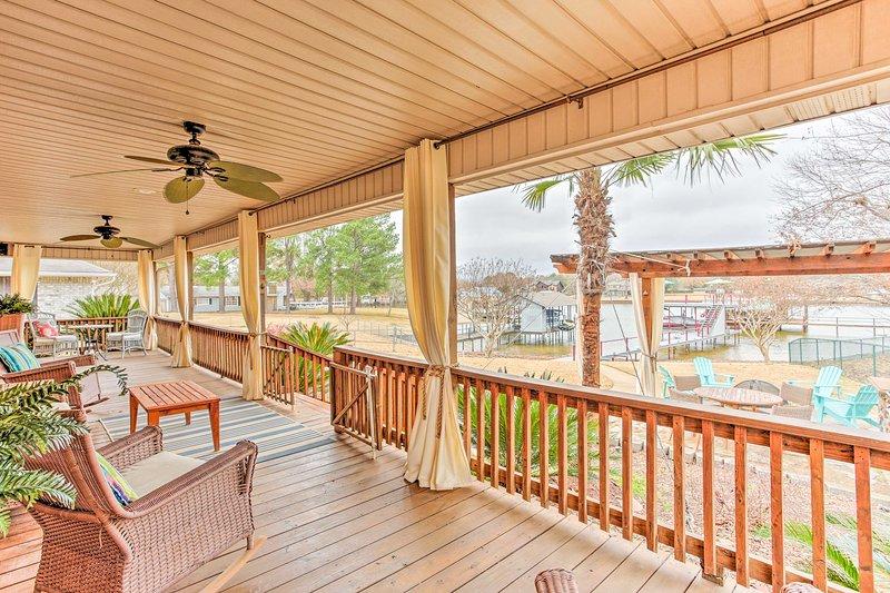 Todos os 8 convidados vão adorar a varanda coberta nesta 3 quartos, 2 banheiros casa.