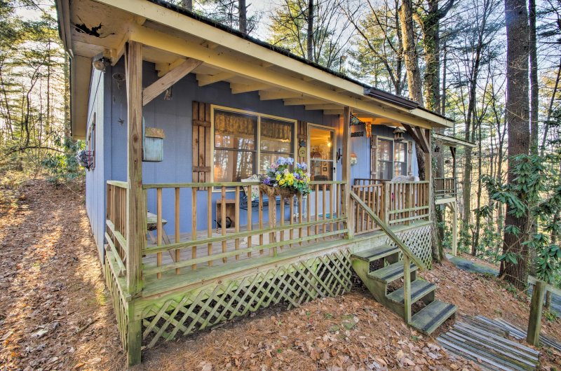 Elevate your Hendersonville holiday at this 3-bedroom, 2-bathroom vacation rental cottage.