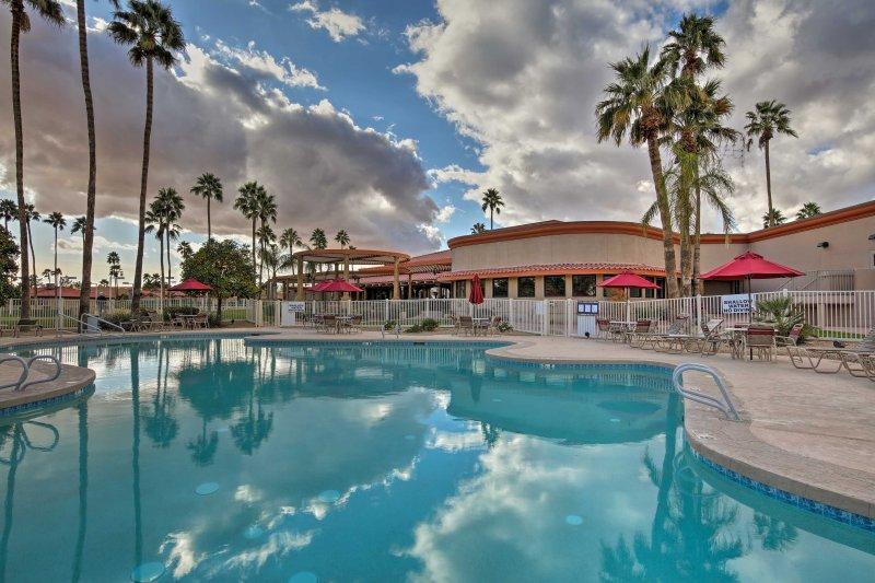 ¡Una escapada a un club de campo lo espera en este alquiler de vacaciones de Sun Lakes en Palo Verde!
