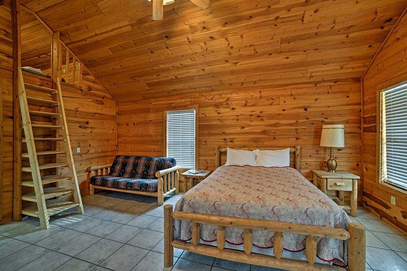 Montez les escaliers au grenier où 2 lits 2 personnes dorment!