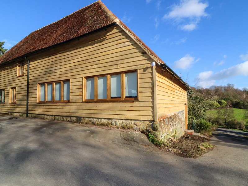 APPLE BOUGH, period features, exposed beams, pet-friendly, shared swimming, vacation rental in Westerham