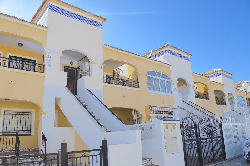 Penthouse Apartment with huge private solarium, alquiler vacacional en Playa Flamenca