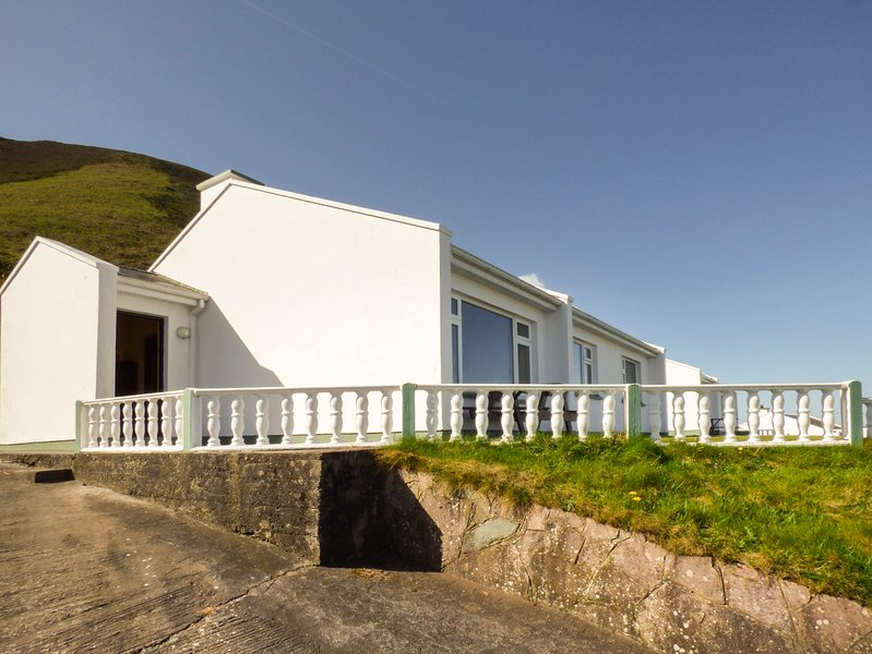ROSSBEIGH BEACH COTTAGE NO 2, sleeps seven, pet friendly, tranquil, Glenbeigh, vacation rental in Glencar