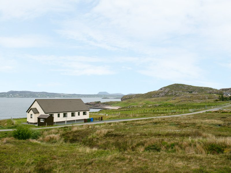 1 BAYVIEW BUNGALOW, sleeps four, cosy, pet friendly, Poolewe, Ref 940847, holiday rental in Aultbea