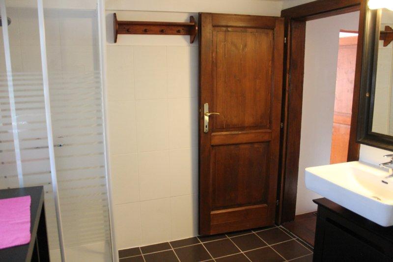 Bathroom upstairs 01