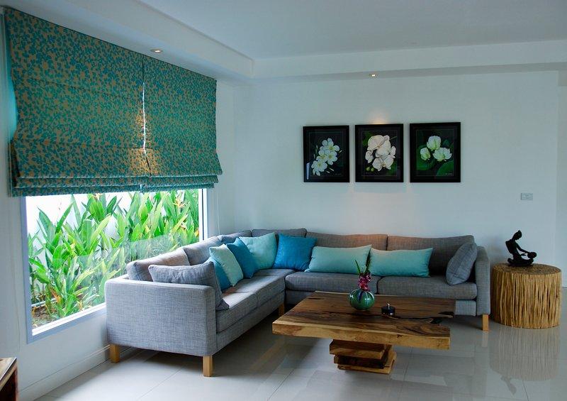 cómoda sala de estar, TV por cable y reproductor de DVD