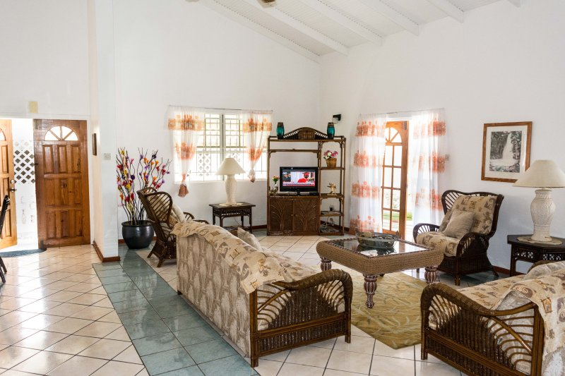 3-Bed/Apt: Very large lounge - has a king-size sofa-bed.