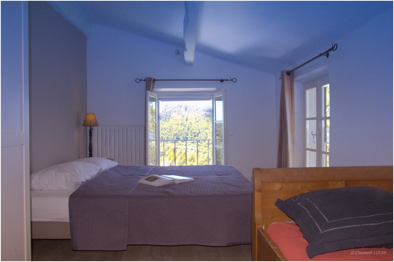 Room with either: 3 beds of 90cm or 1 bed of 180cm and 1 bed 90cm