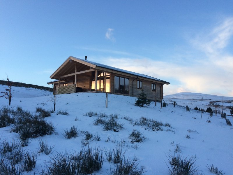 3 Bed, 3 Bath, Luxury Hot Tub Log Cabin, Log Fire, Mountain Views, Private Grounds, National Park