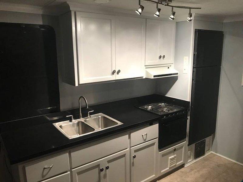 Cucina con fornelli, forno, lavello, frigorifero