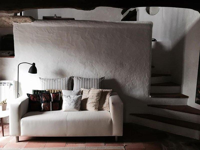 Casa do Passaro Branco 2 to 4 pax (Center of the Village), holiday rental in A Dos Francos