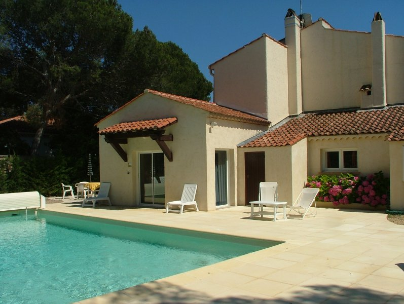 'La Mer' Upstairs 3 bedroom villa apartment with shared heated pool, Ferienwohnung in Boulouris