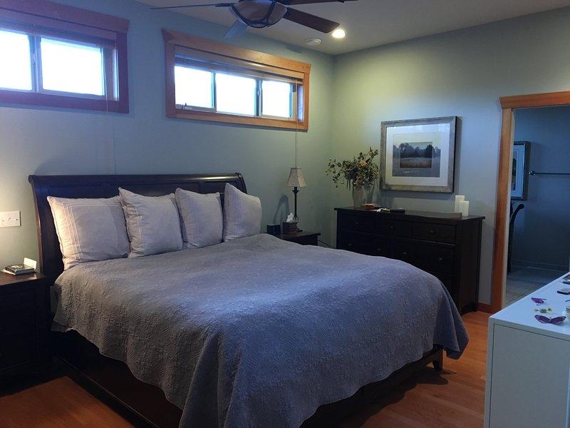 Descansa bien en nuestra habitación principal. Nuestro cuarto de baño cuenta con una mesa de maquillaje y espaciosa cabina de ducha.