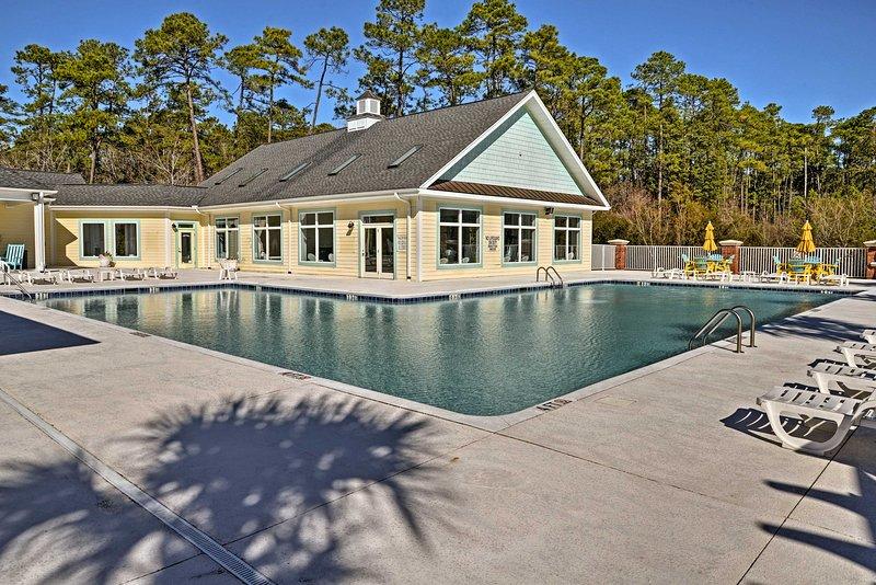 Amenidades da comunidade - piscinas aquecidas ao ar livre e interior - Fitness Center - Mais