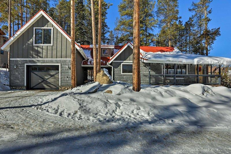 A l'intérieur, la maison possède 1,834 pieds carrés d'espace de vie aménagé avec goût avec des plafonds voûtés, poutres en bois et un coin salon spacieux.