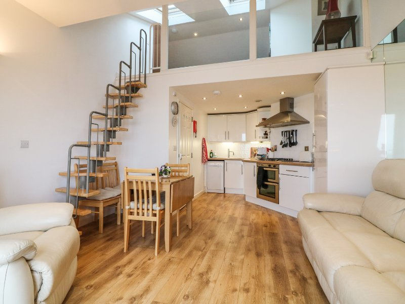 10 OCEANSIDE, open-plan living, sea views, balcony in Ilfracombe, Ref 963840, Ferienwohnung in Ilfracombe