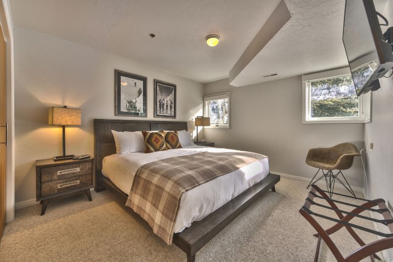 Bedroom 3 - 1st Level - with King Bed, 43' Smart TV and Full Bath Access