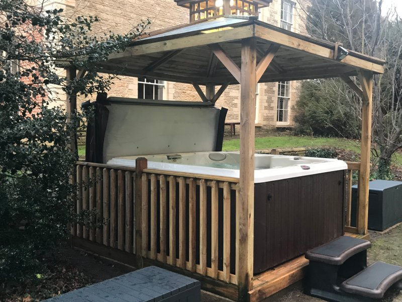 Hot tub working all year round for 6 adults