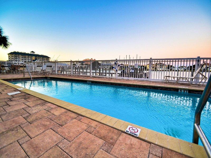 Vieni a fare un tuffo in piscina a Bay Harbor.