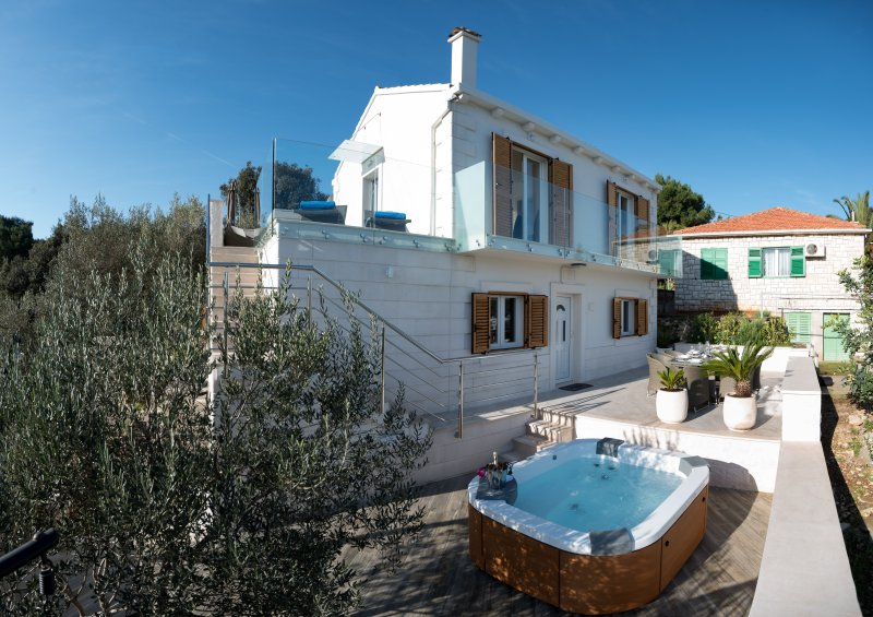 Relax in Jacuzzi Delos hot tub in the shadow of the olive tree