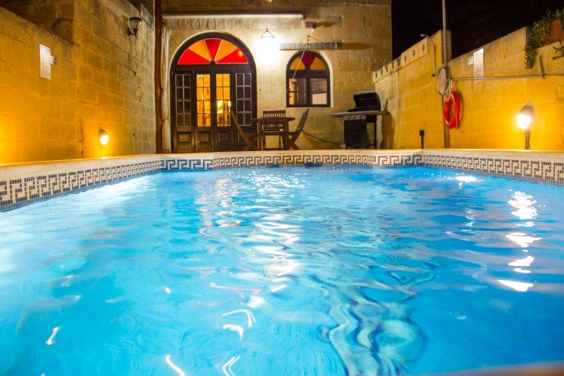 In piscina di notte