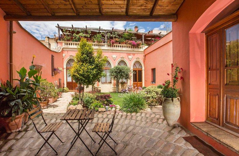 Casa a Corte con giardino interno - Camera Domitilla, holiday rental in Sinnai