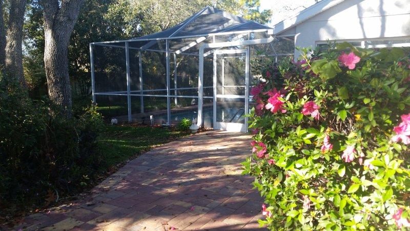 Pasarela del patio trasero a Pool Garden y Backyard.