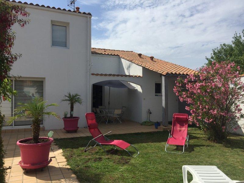 Belle maison contemporaine très près plage, port, commerce et pistes cyclable, location de vacances à Saint Martin de Re