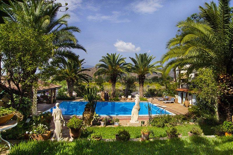 Taormina Villa Sleeps 12 with Pool Air Con and WiFi - 5218443, vacation rental in Villagonia