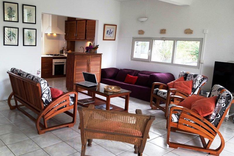 A sala de estar (com vista para a cozinha)