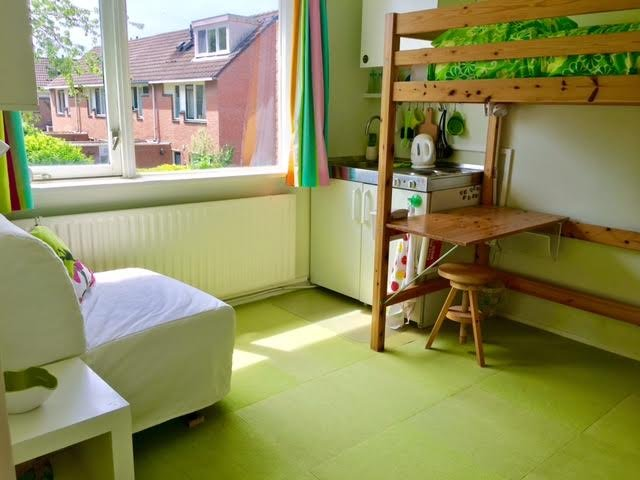 Short long stay kitchenette room Utrecht Amsterdam Nyenrode University, holiday rental in Noorden