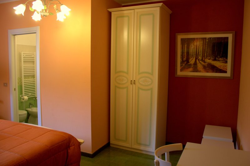 Double room (bathroom ensuite). Double room with bathroom.