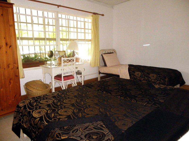 La habitación con cama triples - para un máximo de 3 personas. Vestido como tres camas individuales.
