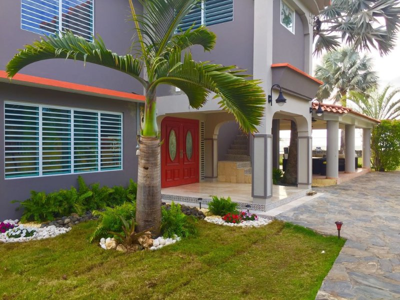 Ocean Front Fully Remodeled Private Resort with Pool on Table Rock Beach, holiday rental in Aguada