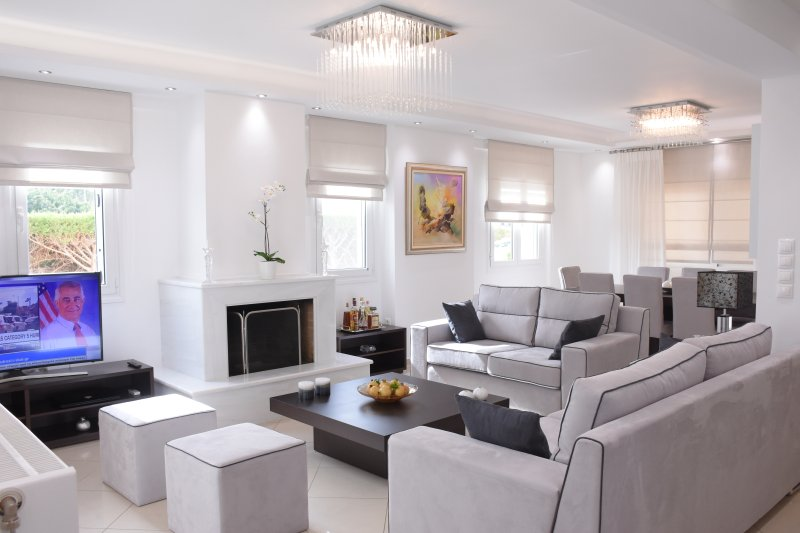 living room with TV, fireplace and dining table-veranda a/c