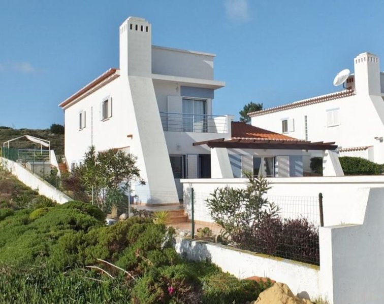 Close to 2 great beaches, fantastic views over Amoreira Valley, Monte Clerigo, vacation rental in Aljezur