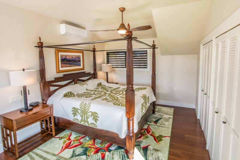 Suite # 1 com cama balinesa e mobiliário. Alta qualidade colchão / roupa de cama.