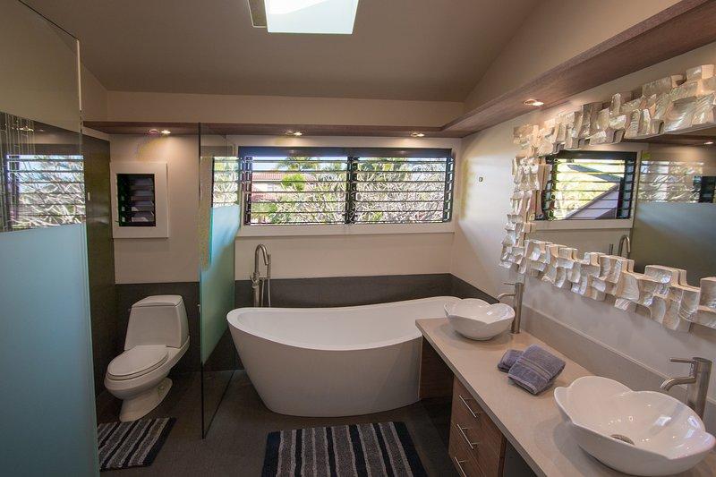 Suite # 1 Bath. banheira de imersão e chuveiro à esquerda
