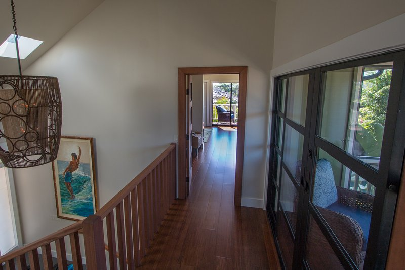 ponte superior entre dois quartos master. Exibido em va para a direita.