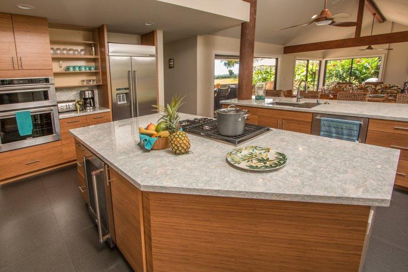 Vistas deslumbrantes sobre campo de golfe e para o mar enquanto você está preparando na cozinha!