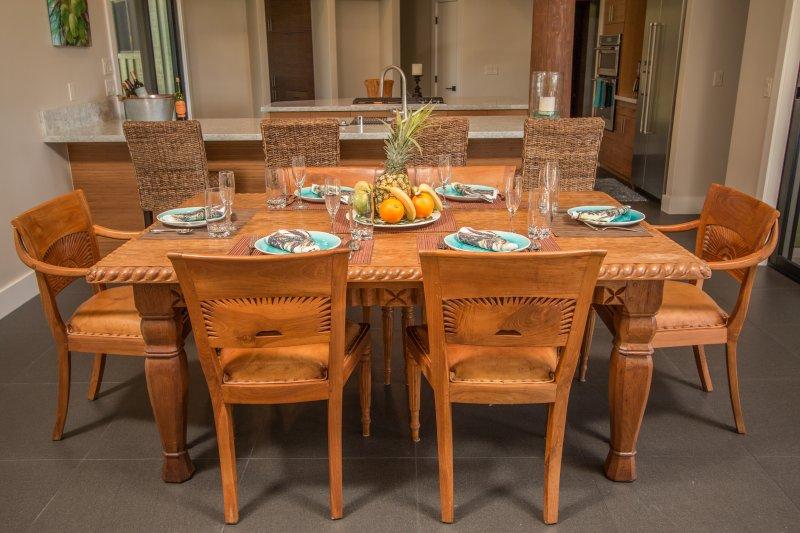 área de jantar interior está perto de cozinha. 4 bar-fezes para comer no balcão da cozinha.