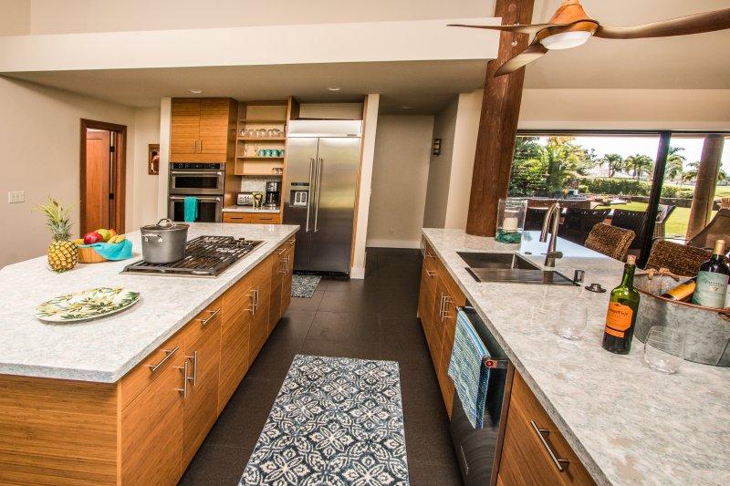 aparelhos Lobo e Kitchen Aid em grande cozinha profissionalmente mobilado.