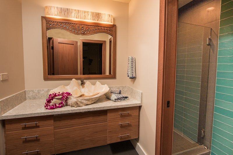 Suite # 3 Bath. Um pedaço da história Kauai! Um coletor de shell da famosa Coco Palms Hotel.