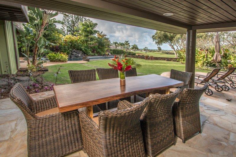 Outdoor de jantar coberta é onde tudo acontece em Kauai. Piscina e vista para o mar. 4 cadeiras sol-Lounge
