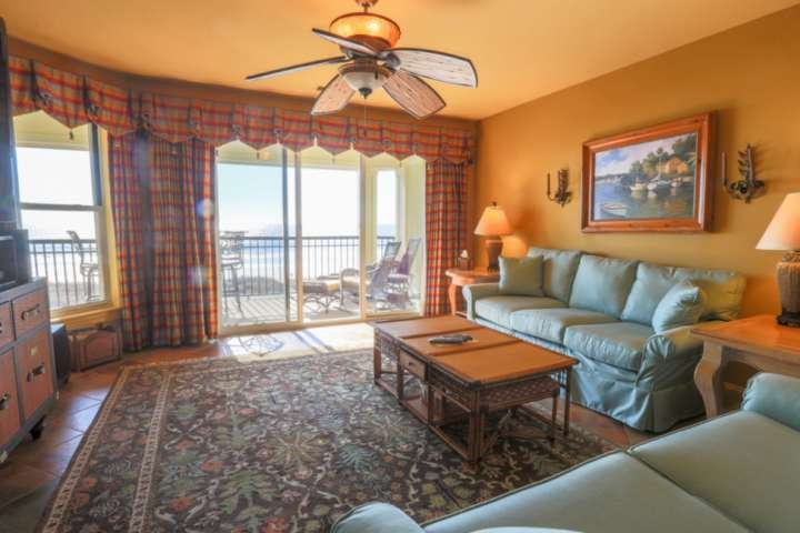 There's plenty of room in the living room for your guests to interact & unwind.