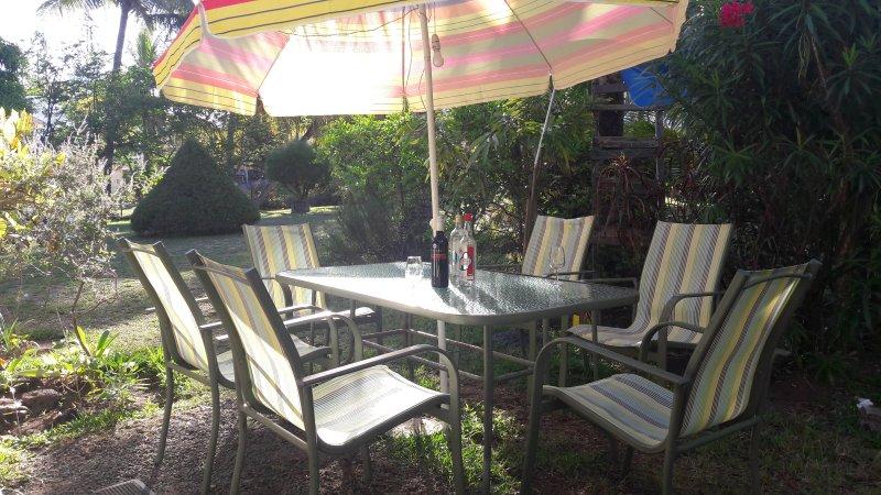 mesa de jantar fora no jardim