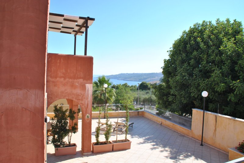 Trilocale con ampia veranda vista mare a 100 metri dal mare di Porto Miggiano, holiday rental in Santa Cesarea Terme
